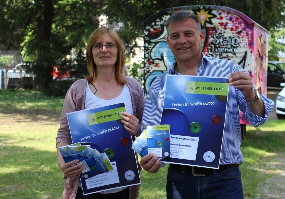 Sylke Troch und Stephan Fabriczek von der Stadtjugendpflege präsentieren den Ferienkalender 2016. Foto: Max Förster
