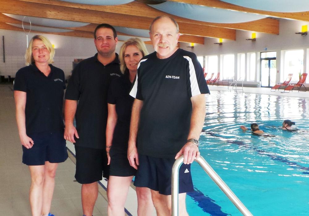 Das Team des Badezentrums freut sich auf das inzwischen 3. Candle-Light- Schwimmen: (v.li.) Lydia Dreyzehner, Simon Lutz, Anka Zehe, Bernd Maushake. Foto: Stadt Schöningen