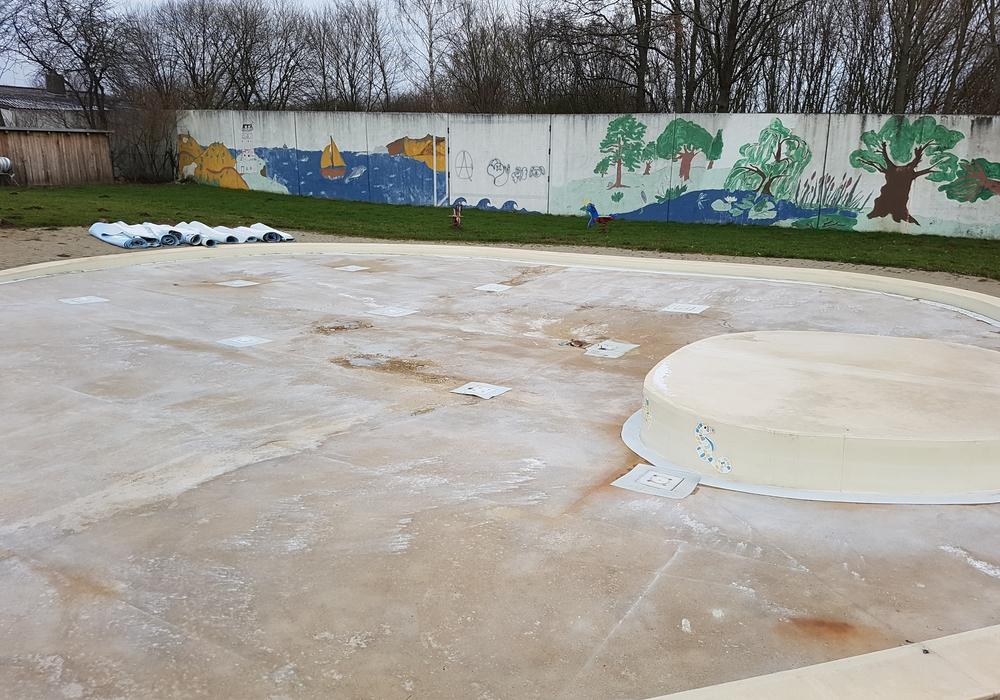 Die Schadstellen unter der Folie am Beckenboden sind deutlich zu erkennen. Foto: Förderverein