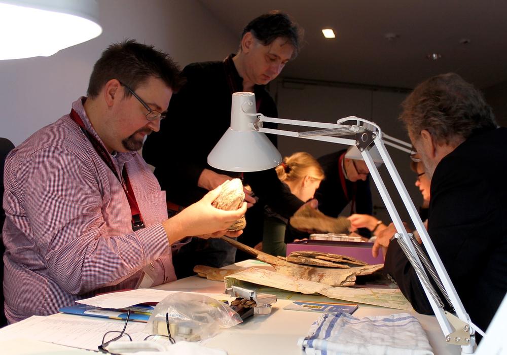 Dr. Felix Hillgruber, Kurator der Sonderausstellung, untersucht einen der archäologischen Funde beim Bestimmungstag 2015. Foto: paläon
