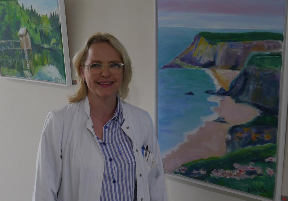 Oberärztin Dr. Katharina Mutlak stellt ihre Bilder in der Eingangshalle des Helios Klinikum Gifhorn aus. Foto: Helios Klinikum Gifhorn