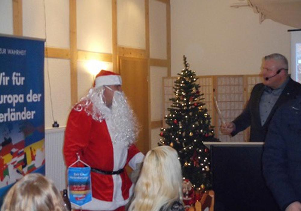 Rubert Ostrowski, stellvertretender  Kreisvorsitzender, als Weihnachtsmann und Oliver Westphal. Foto: AfD