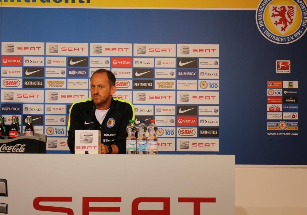Torsten Lieberknecht erwartet eine intensive Partie. Die Mannschaft müsse mehr als 100 Prozent geben, um zu bestehen. Foto: Robert Braumann