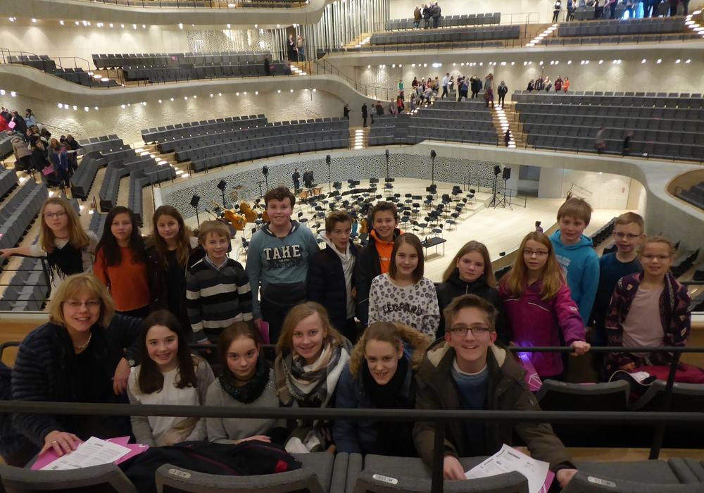Die Schüler der THG-Bläserklasse waren am Freitag in der Elbphilharmonie zu Gast. Foto: Schule