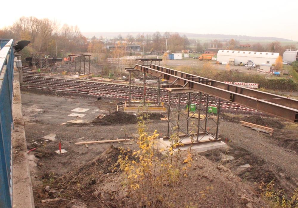 Am 12. Dezember soll die Brücke abgerissen werden. Derzeit wird die Behelfsbrücke für Fußgänger und Radfahrer aufgebaut. Fotos: Anke Donner