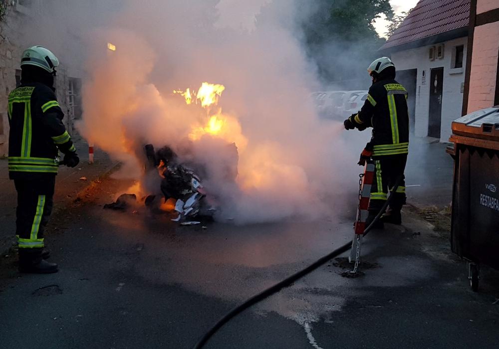In Fallersleben brannte ein Müllcontainer. Fotos: Feuerwehr Fallersleben