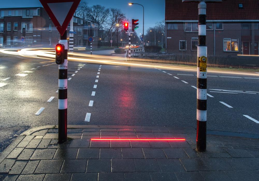 In den Niederlanden gibt es die neue Ampel-Technik mit den LED-Leuchtstreifen für Fußgänger schon. Foto: HIG