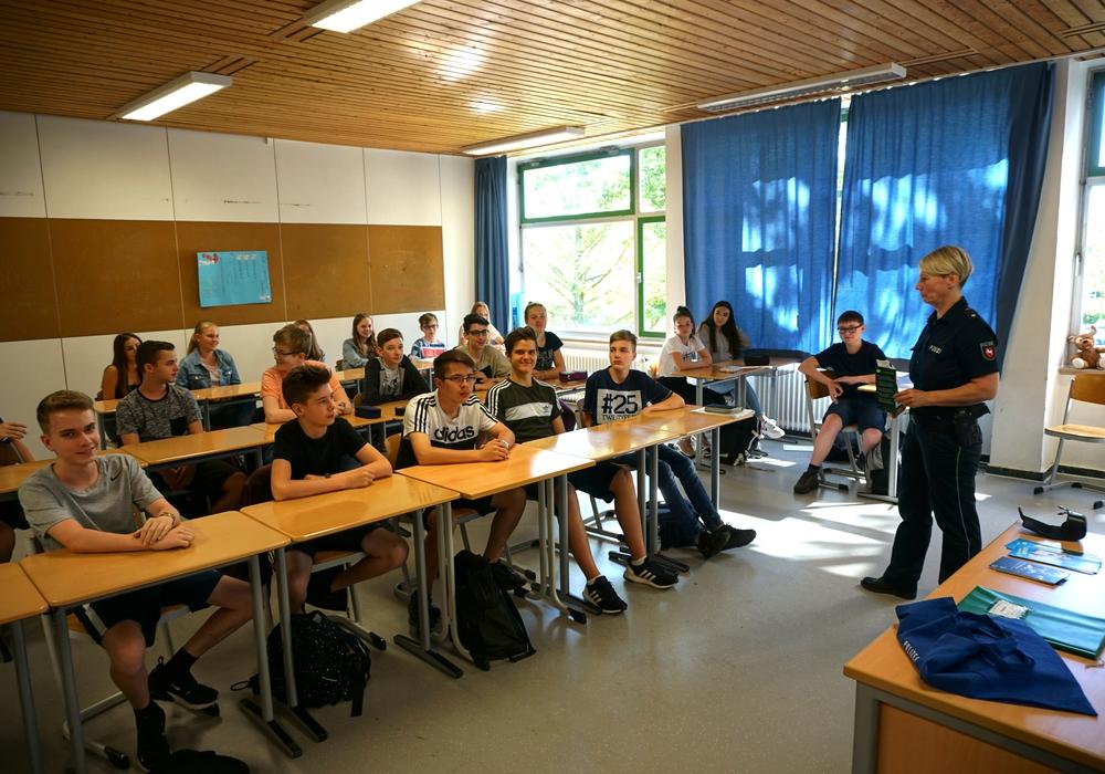 Claudia Fricke von der Polizei Wolfenbüttel klärt die Schüler des THG mit Praxisbeispielen über Drogenkonsum auf. Foto: THG Wolfenbüttel