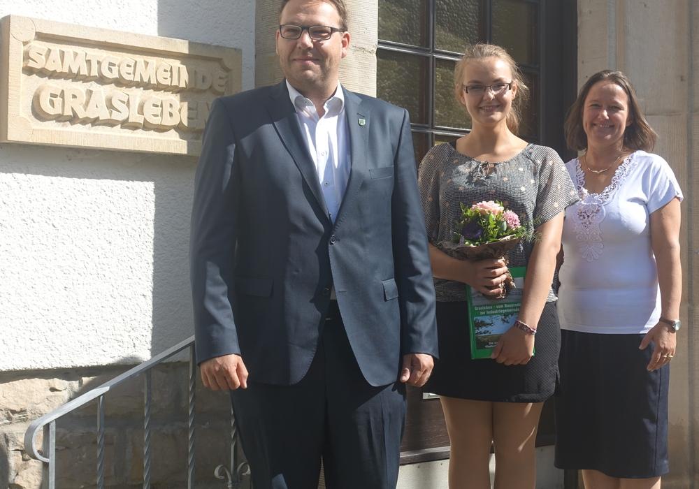 v.l. Samtgemeindebürgermeister Gero Janze, Auszubildende Milita Jawni, und Ilka Hakverdi (Personalverantwortliche). Foto: Samtgemeinde Grasleben