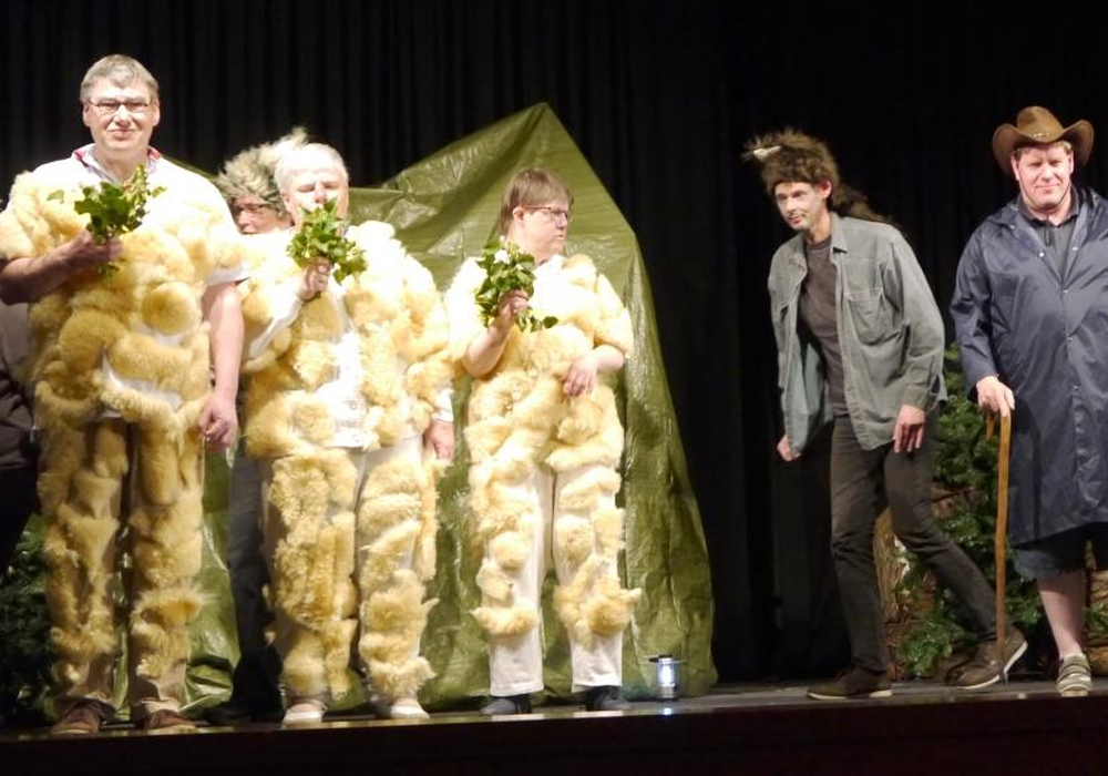 Inklusives Theaterstück. Spielszene: Der Wolf versucht ein Schaf zu rauben. Foto: Axel Koßmann