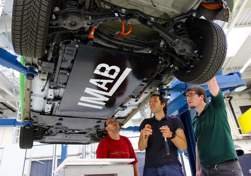 Braunschweig. Eine kabellose Ladetechnologie für Elektroautos mit einer Leistung von über 10 Kilowatt haben Ingenieure des Niedersächsischen Forschungszentrums für Fahrzeugtechnik (NFF) der Technischen Universität Braunschweig entwickelt. Fotos: TU Braunschweig