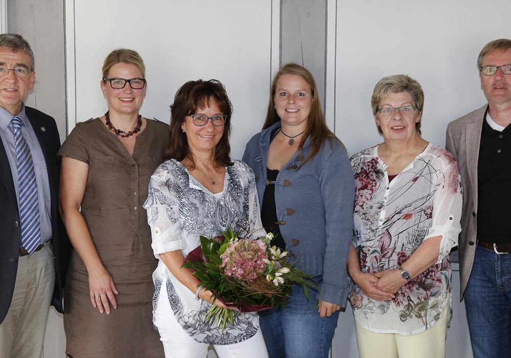 Bürgermeister Thomas Pink, Kerstin Nowi (Leiterin Kita Fümmelse), Elke Holtz, Silke Reese, Doris Alke und Andreas Binner (Abteilungsleiter Kindertagesstätten). Foto: Stadt Wolfenbüttel