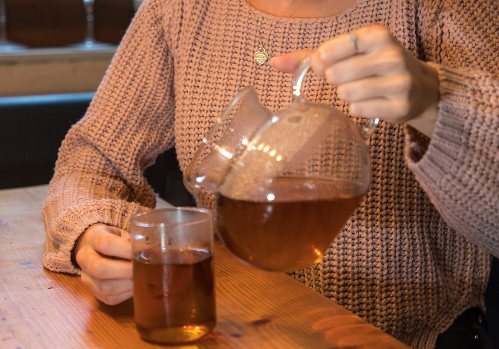 An Fastentagen gibt es nur kalorienarme Getränke wie Tee oder Wasser. Die entschlackende Wirkung des Fastens ist jedoch ein Mythos. Foto: AOK-Mediendienst