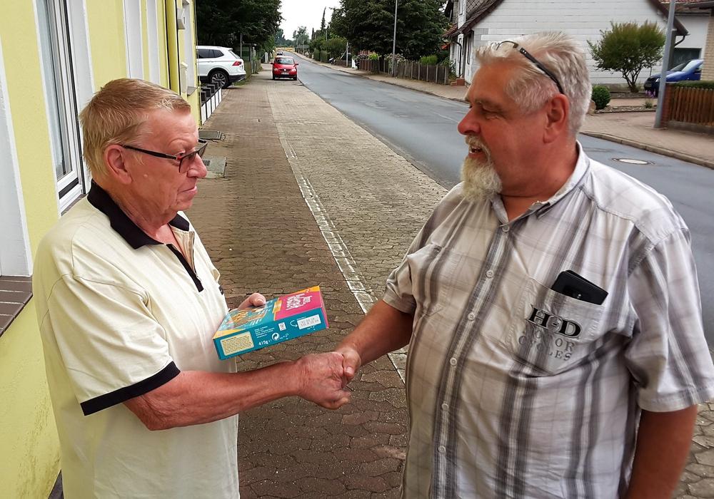 Der Leiter der Runde, Friedrich Kukafka, zeigte sofort Verständnis – dafür bedankte sich Reinhard Bauch von der Bauverwaltung der Gemeinde jetzt mit einem kleinen Präsent bei ihm. Foto: Gemeinde Lehre
