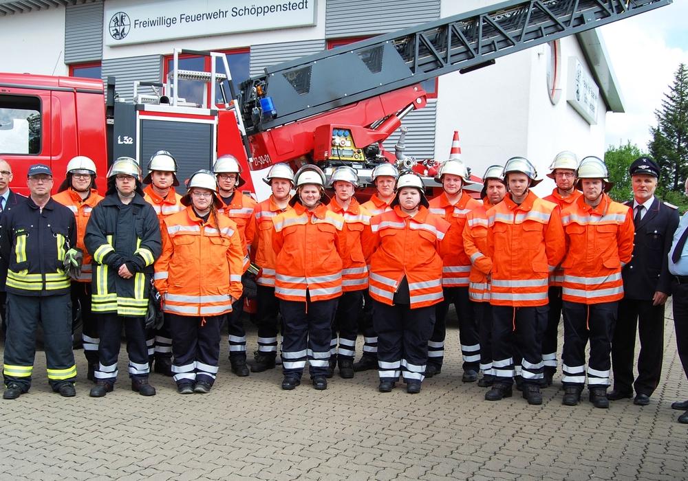 Die Teilnehmer des Truppmann I Lehrgangs mit Ausbildern und Prüfungsabnehmern nach erfolgreich abgeschlossener Prüfung vor der Drehleiter der Freiwilligen Feuerwehr Schöppenstedt. Foto: Andreas Thurm