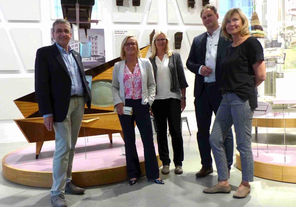 Dunja Kreiser (2. v. li.) zu Besuch im Bürger Museum. Fotos: SPD