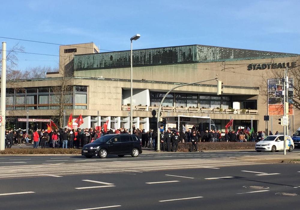"""Die Stadthalle, """"belagert"""" von Polizei und Demonstranten. Fotos: Sandra Zecchino"""