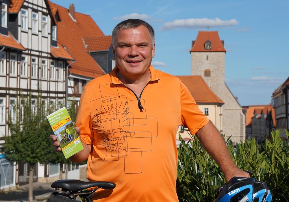 Thomas Kempernolte freut sich über die neue Radkarte für den Naturpark Elm-Lappwald. Foto: Simone Kühnast
