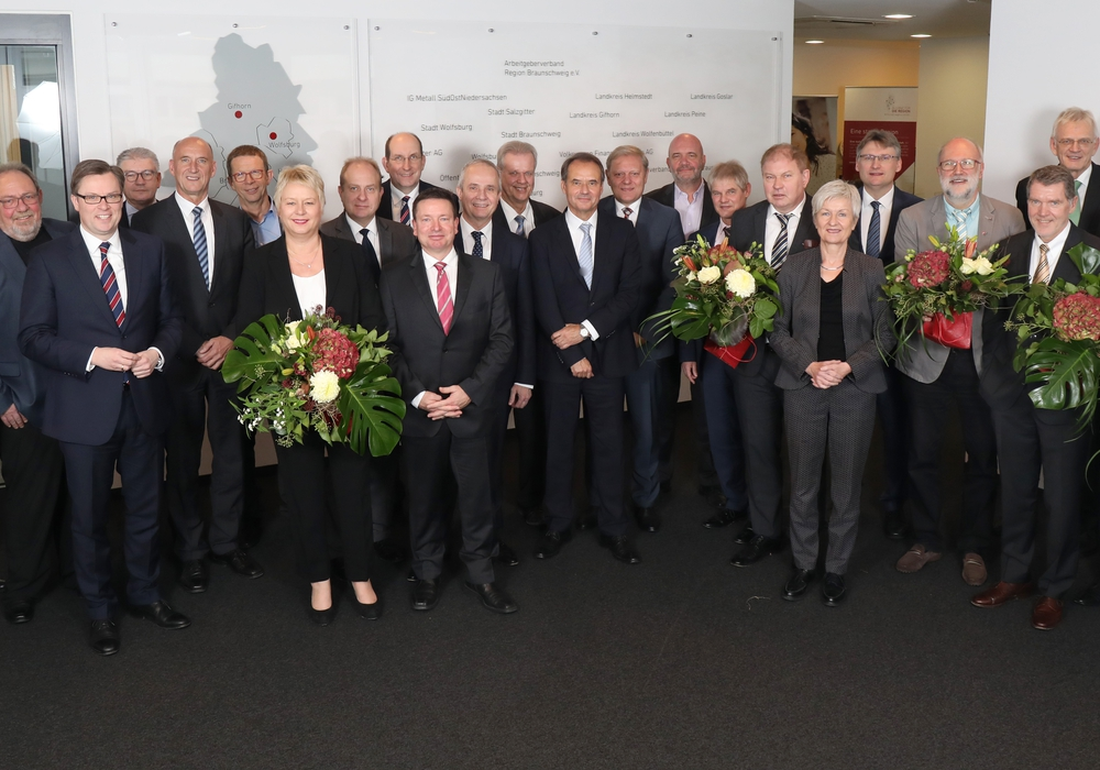 Bildunterschrift: Aufsichtsrat der Allianz für die Region GmbH begrüßte mit Aline Henke (rechts), Frank Fiedler (links) und Knud Maywald (4.v.r.) drei neue Mitglieder und dankte den scheidenden Mitgliedern Christiane Hesse (8.v.l.) und Michael Döring (8.v.r.) für ihr langjähriges Wirken im Gremium. Foto: Allianz für die Region GmbH/Matthias Leitzke