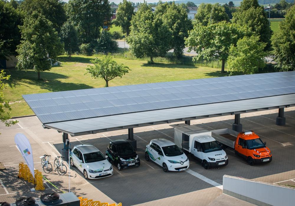 Das neue Mitarbeiter Solar-Carport der Stadtwerke Wolfenbüttel. Auf einer Dachfläche von 500 Quadratmetern wird hier saubere Energie produziert. Fotos: Werner Heise