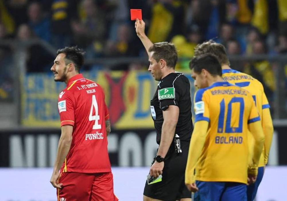 Tobias Stieler zeigte dem Berliner Roberto Puncec die Gelb-Rote Karte im Spiel gegen Eintracht Braunschweig. Foto: imago/Matthias Koch