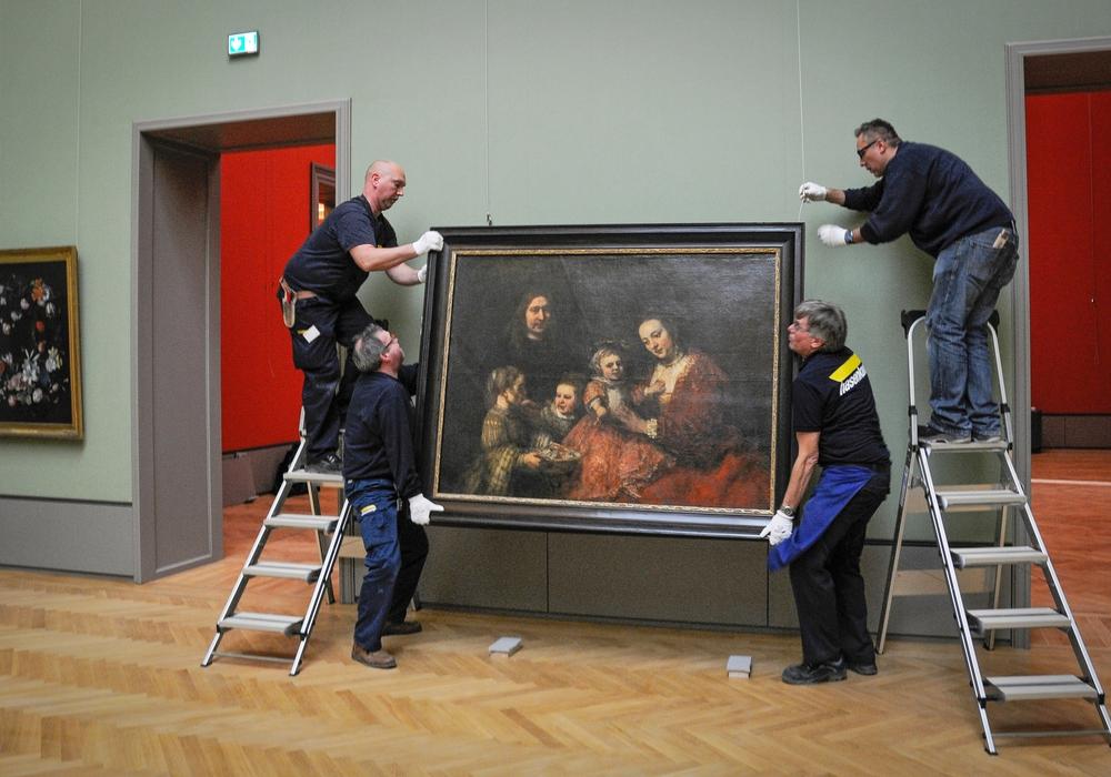 """Das wertvollste Gemälde des Museums, Rembrandts """"Familienbildnis"""", wird in der neuen Gemäldegalerie platziert (von Mitarbeitern der Firma Hasenkamp).  Foto: Cordes, HAUM"""