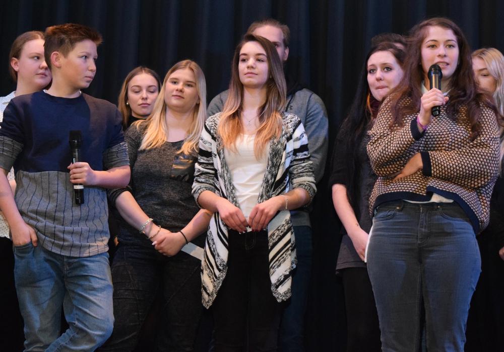 Vergangenes Jahr diskutierten die Schauspieler Ivo Pietzcker (links) und Henriette Confurius (rechts) mit den Schülerinnen und Schülern. Dieses Jahr kommt Drehbuchautor Alexander Buresch zur Eröffnung ins Goslarer Theater. Archivfoto: Stadt Goslar