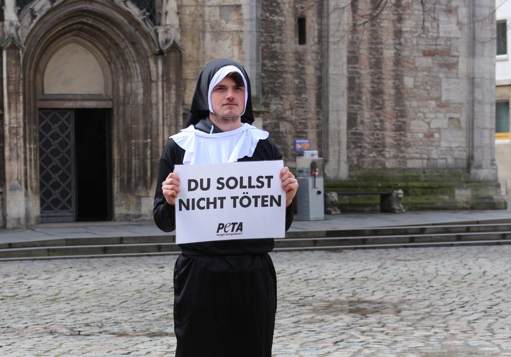 Als Nonne verkleidet protestierte ein Aktivist gegen den Umgang mit Tieren zum Osterfest. Foto: Robert Braumann