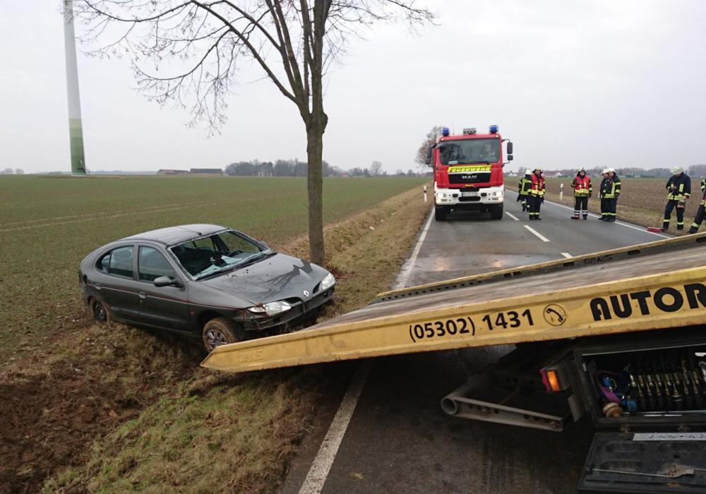 Das Fahrzeug kam aus ungeklärten Gründen von der Straße ab. Foto: aktuell24(bm)