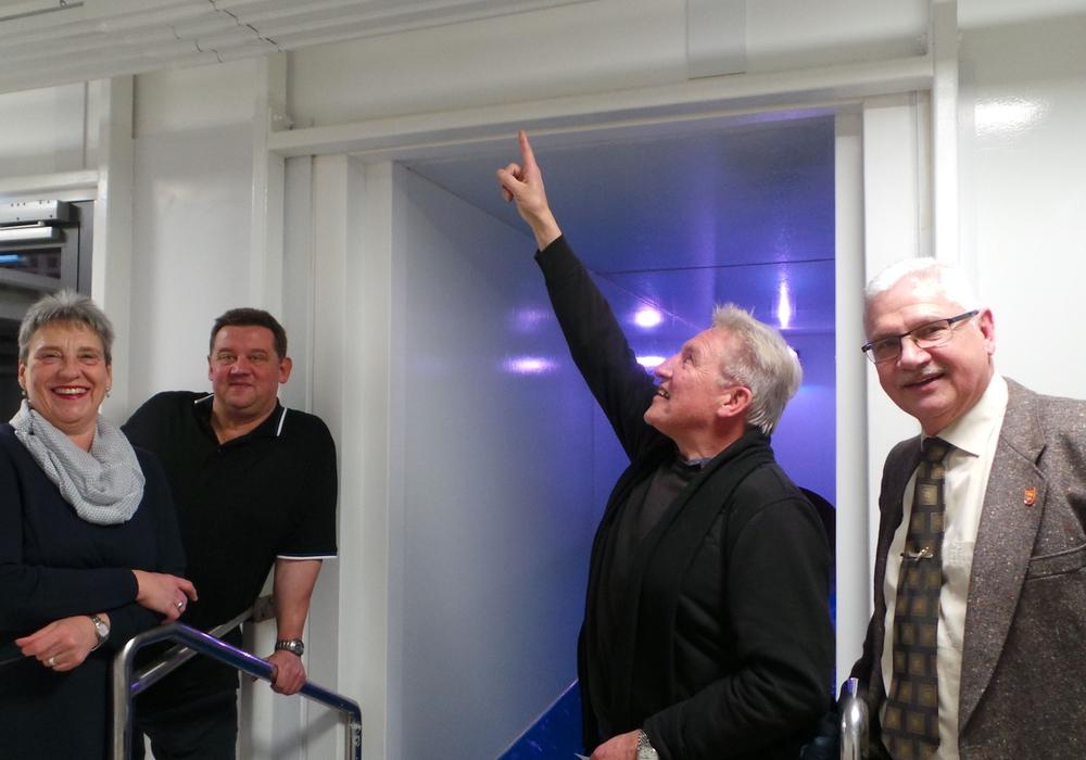 Roswita Hopstock, Uwe Jonientz, Vorsitzender Harald Werner und Bürgermeister Henry Bäsecke präsentieren die neue Heizung im Rutschenturm, die auch über dem Ausrutschbecken installiert ist. Foto: Stadt Schöningen
