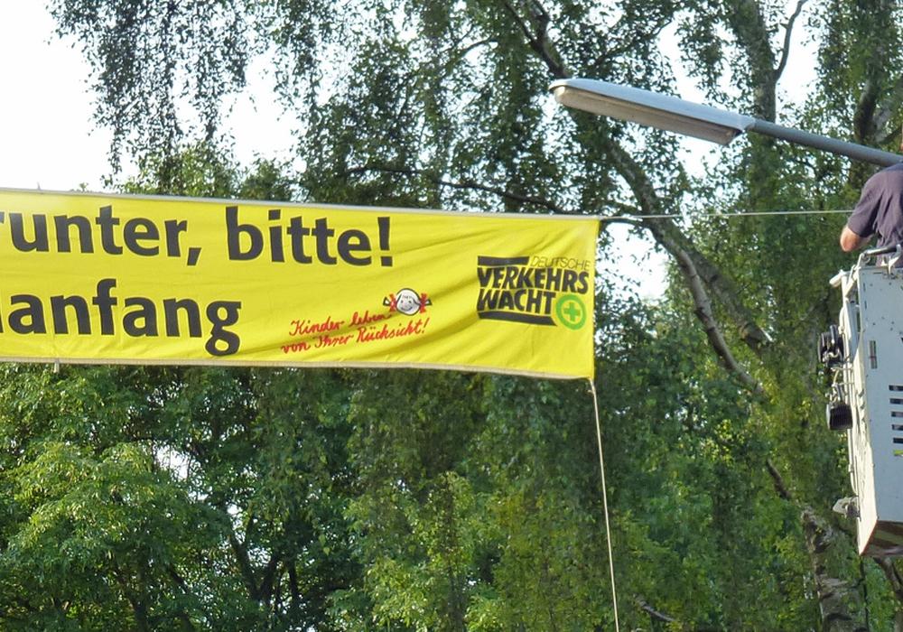 Die für die den Schulanfangsaktion benutzten Transparente werden zum Teil auch mit Hilfe der Feuerwehr angebracht. Foto: Kreisverkehrswacht Helmstedt