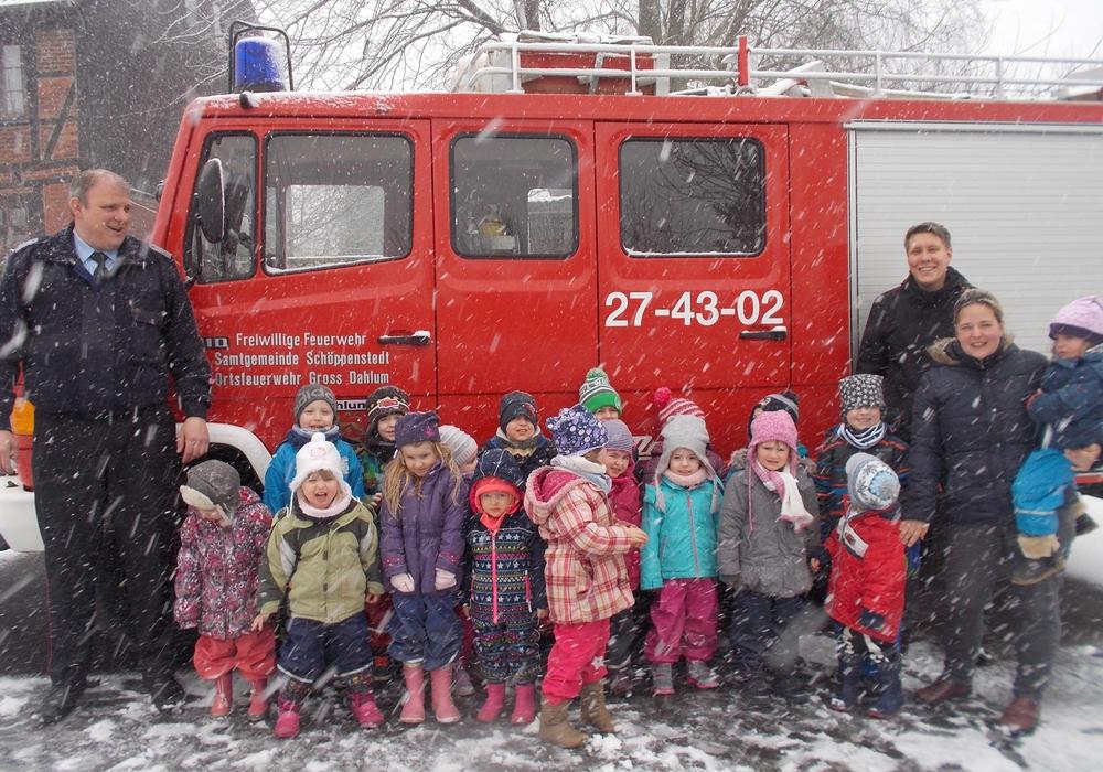 Trotz widrigen Wetters, war das Feuerwehrauto eine Attraktion. Fotos: Samtgemeinde Elm-Asse