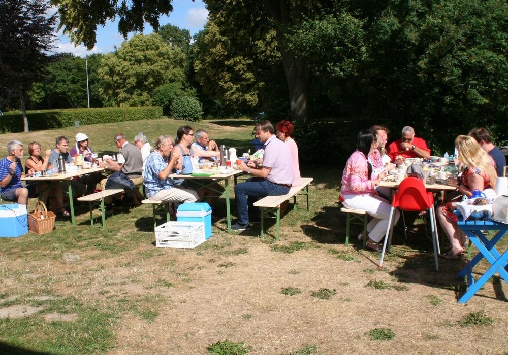 Gemeinsam frühstücken im Freibad am Elm in Hemkenrode. Foto: Freundeskreis Freibad am Elm