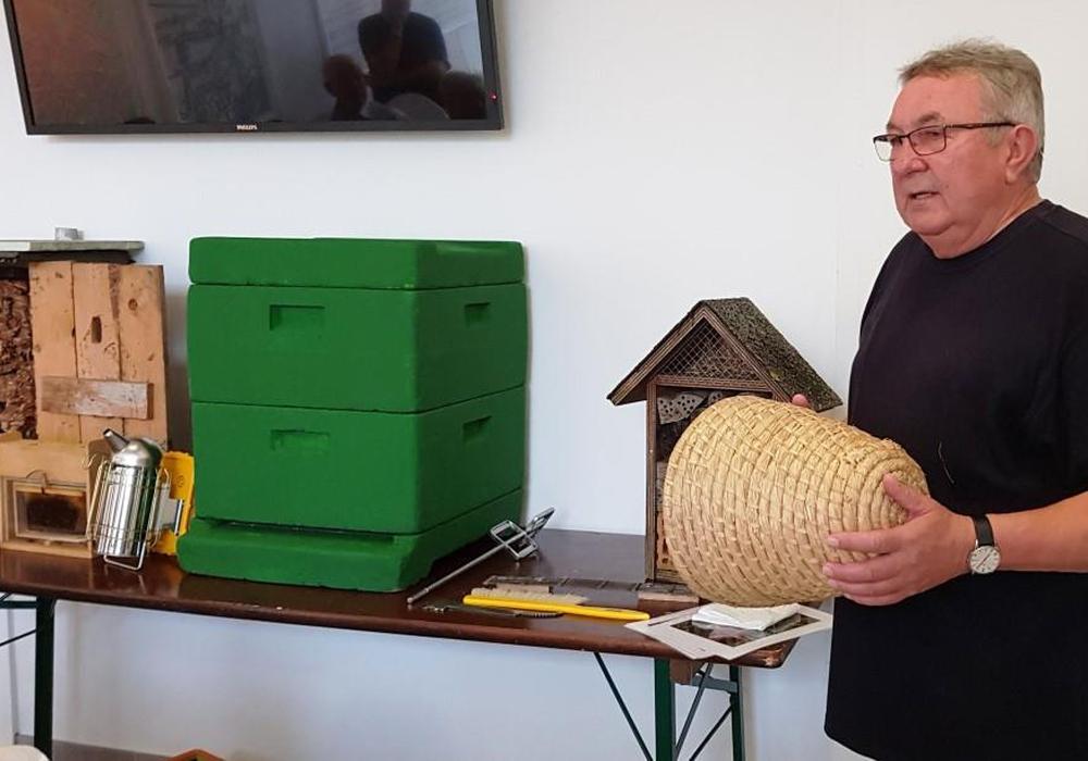 """Imker Horst Janke zeigt den """"Lüneburger Stülper"""" - einen besonderen Bienenkorb. Foto: Andreas Meißler"""