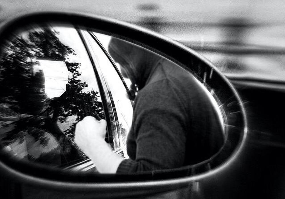 Während die Familie an einer roten Ampel wartete, näherte sich eine Person und prügelte plötzlich auf den jungen Vater ein. Symbolfoto: Nick Wenkel/Pixabay