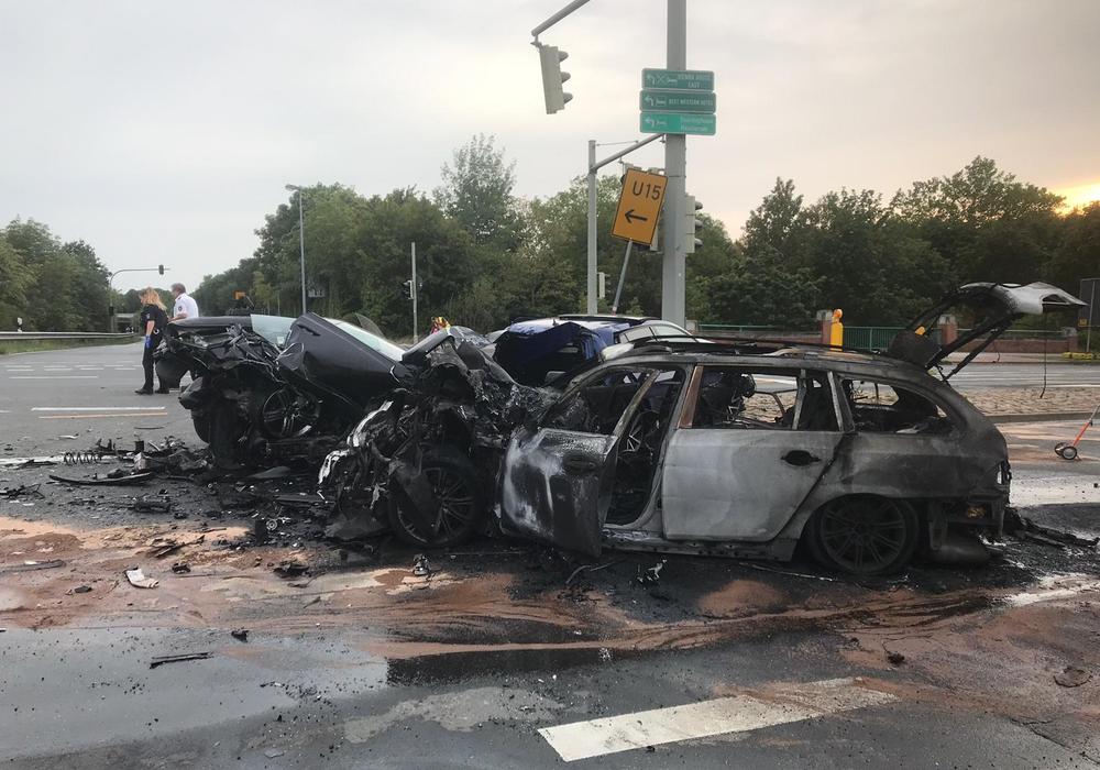Drei Autos wurden fast komplett zerstört. Foto: aktuell24/BM