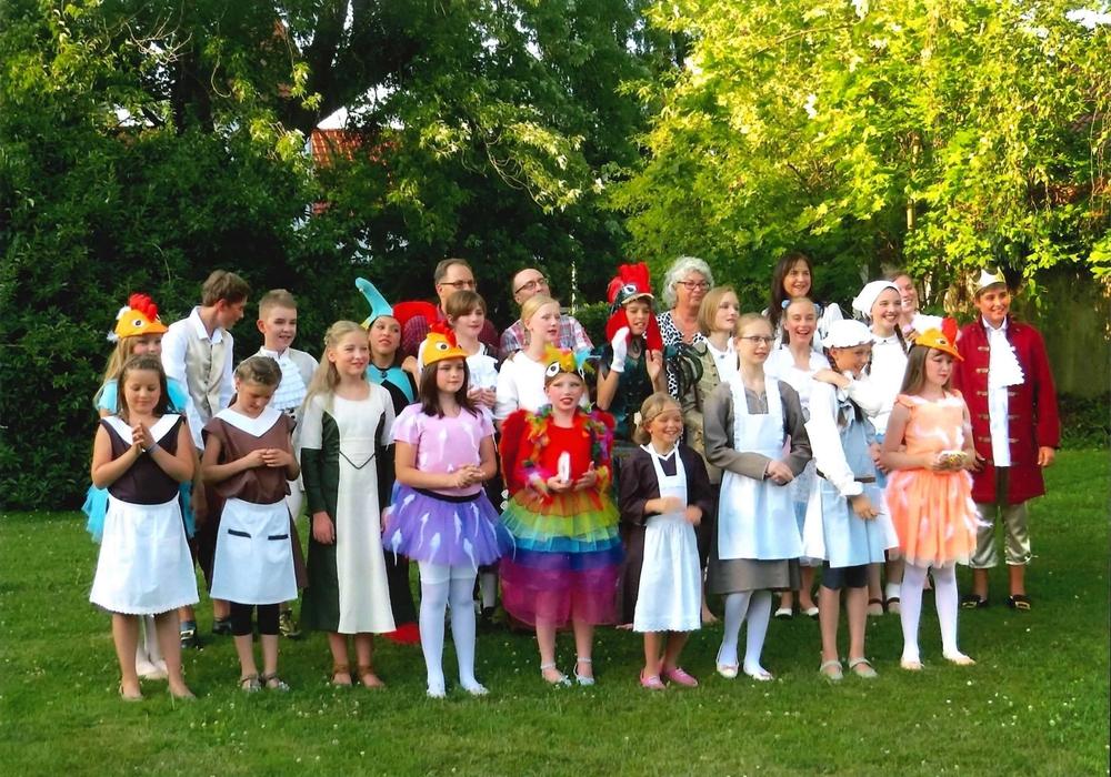 Die Darsteller hatten auch im vergangenen Jahr Freude an ihren farbenfrohen Kostümen. Foto: Mitwirkende Kindermusical 2016