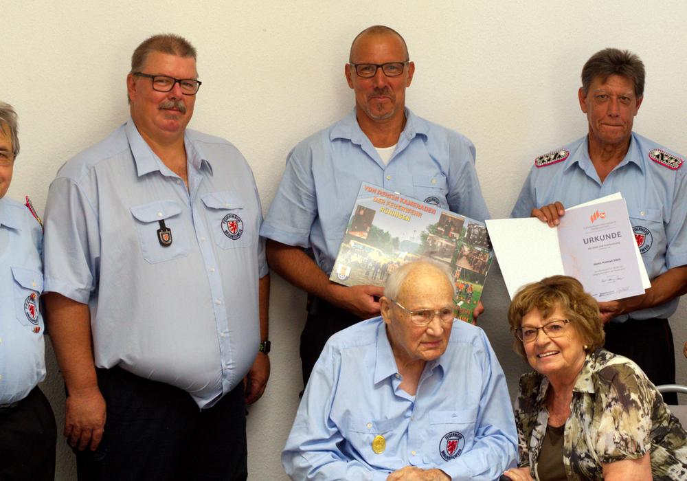 Die Verleihung der Ehrung fand im kleinen Kreis statt. Foto: Ortsfeuerwehr Rüningen