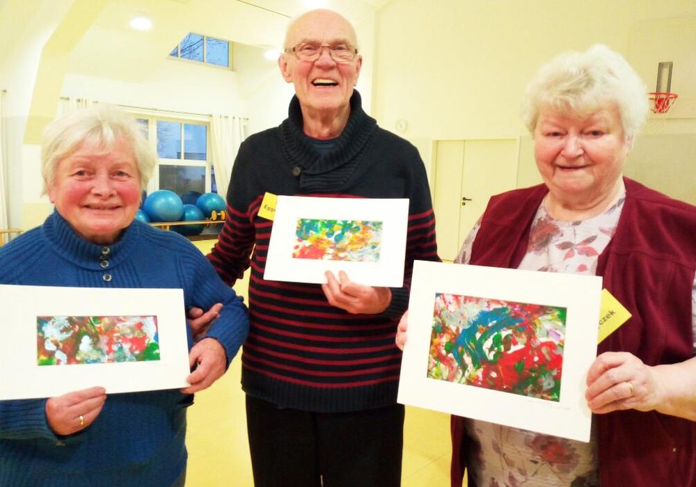 Die Senioren präsentieren begeistert ihre Kunstwerke. Foto: DRK