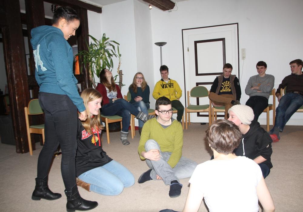 In Kleingruppenarbeit soll sich die Seminargruppe das Basiswissen und wichtige Fähigkeiten erarbeiten, die Jugendleiter/innen beherrschen sollten. Foto: Privat