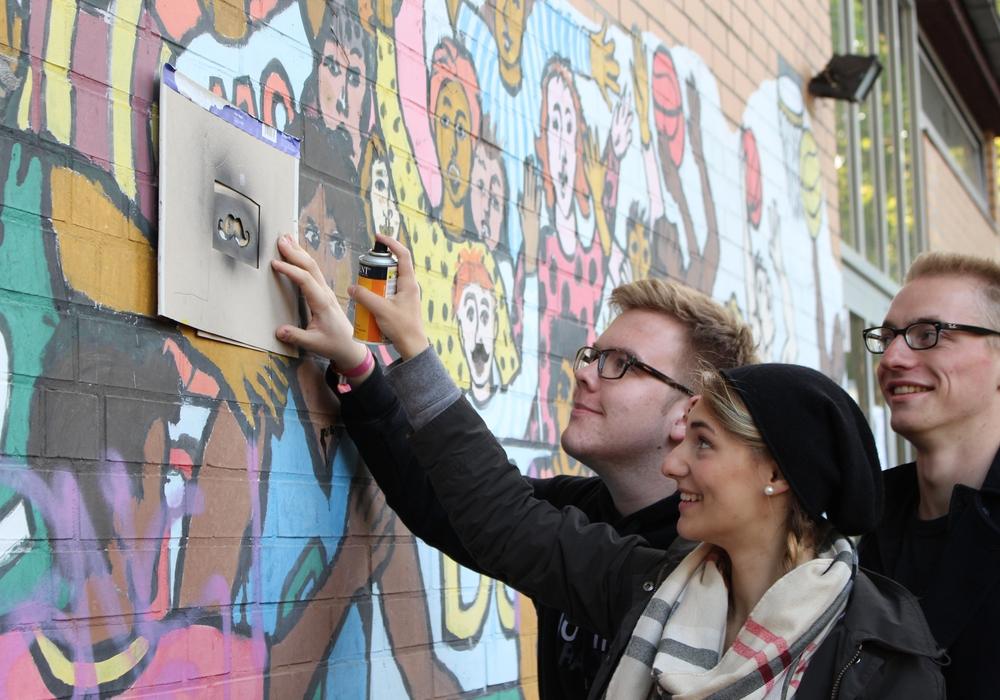 Falko Mohrs sucht nach einer passenden Fläche für eine Graffiti-Wand. Foto: Max Förster