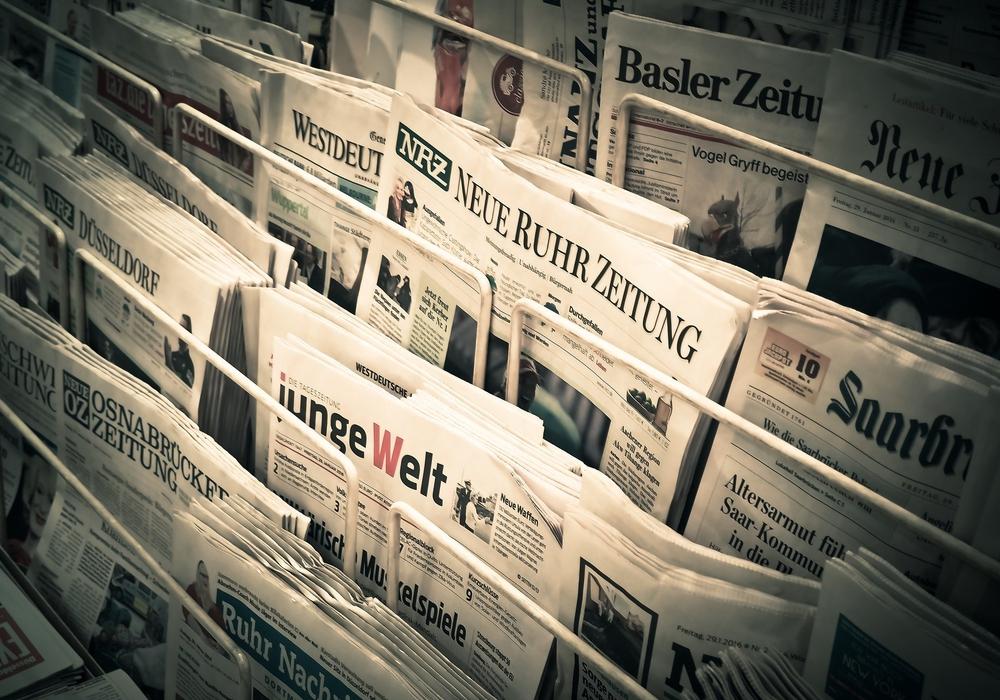 Traditionelle Papier-Tageszeitungen können in Kiosken, Tankstellen oder Bahnhofsbuchhandlungen gekauft - oder dem Abonnenten per Bote zugestellt werden. Doch das rechnet sich für die Verlage spätestens seit Einführung des gesetzlichen Mindestlohns nicht mehr. Daher soll die Zustellung von Zeitungen nach dem Willen der Regierungskoalition künftig mit Steuergeldern subventioniert werden. Symbolbild: pixabay