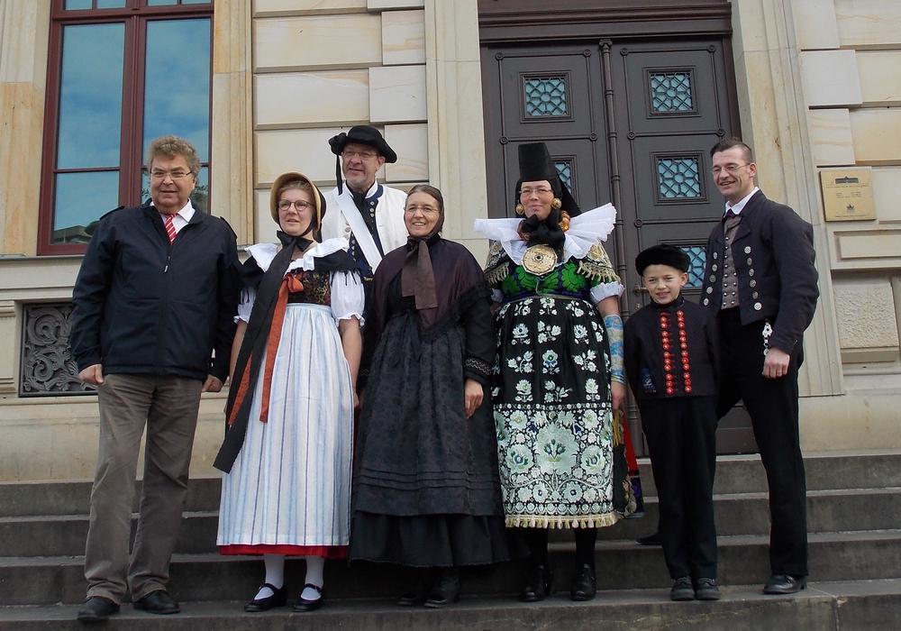 Landtagsvizepräsident Klaus-Peter Bachmann (ganz links) und Aktive des Landestrachtenverbands in Bortfelder Tracht vor dem Schlossmuseum, in dem ein Teil der Veranstaltungen am 15. Oktober stattfindet. Foto: Privat