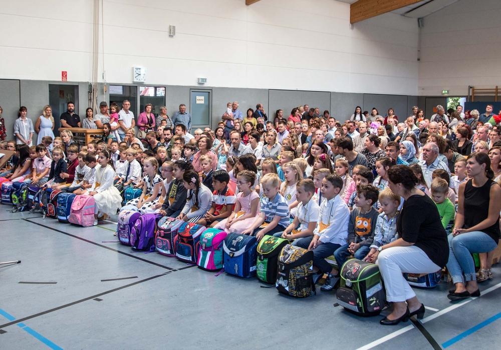 In den ersten drei Reihen sitzen die Erstklässler, die dann nach der Feier in die Klassen begleitet wurden. Fotos: Rudolf Karliczek