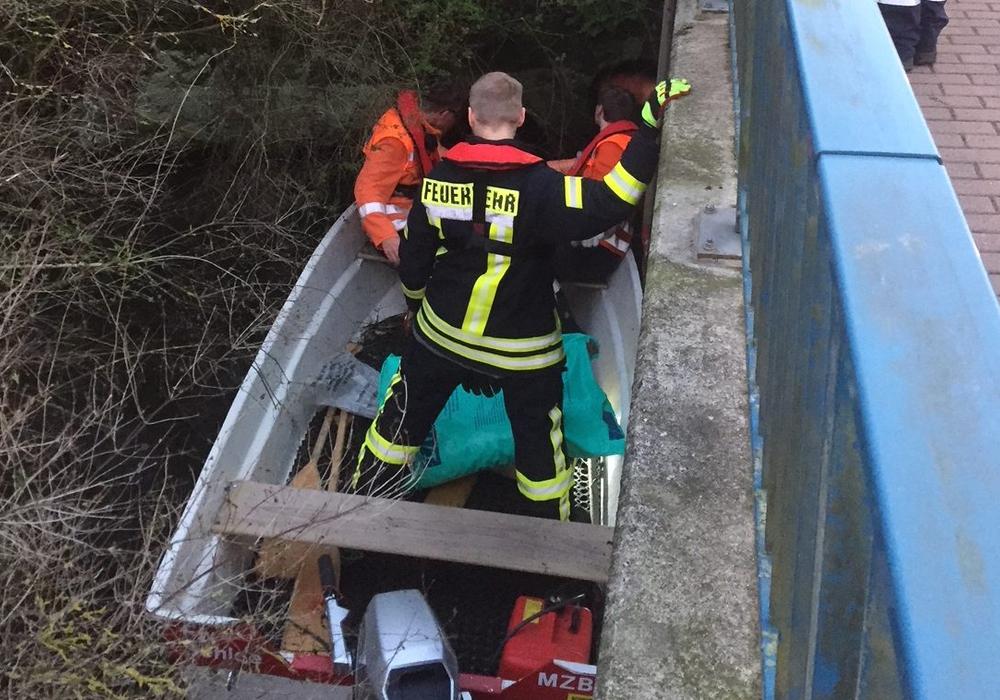 Aufmerksame Anwohner hatten im Bereich der Brücke an der Lindenstraße einen auffälligen Ölfilm entdeckt und die Polizei alarmiert. Foto: Feuerwehr