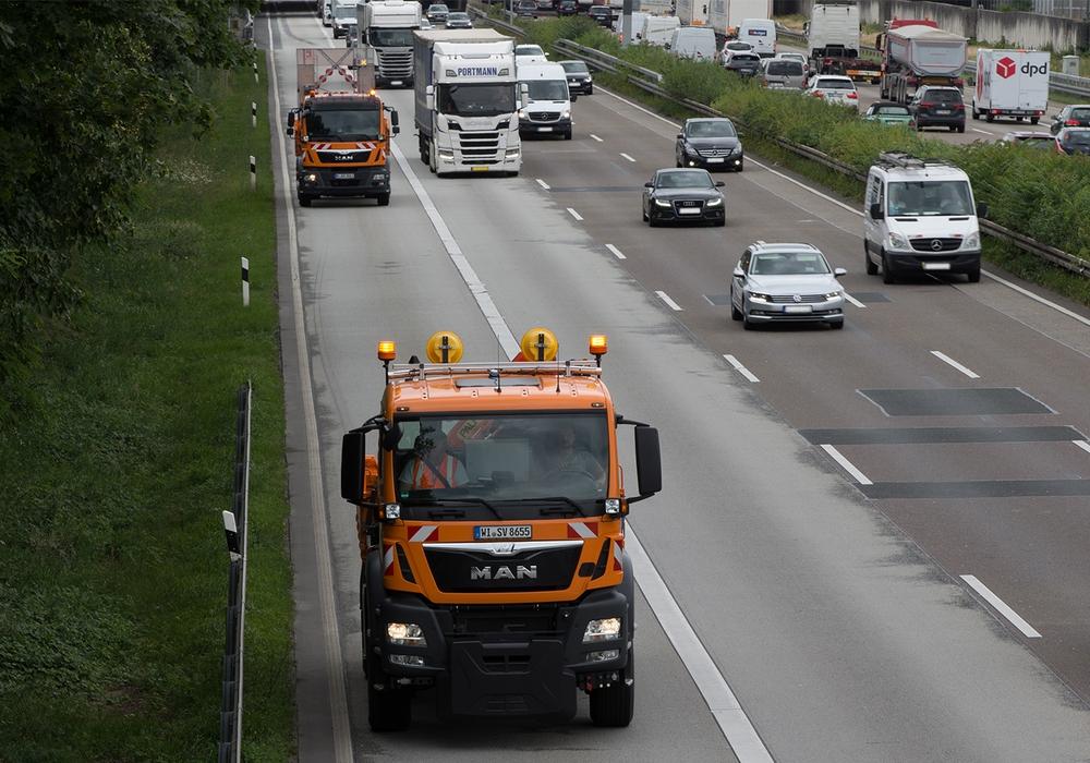 Fahrerloser Betrieb auf der Autobahn (Fahrzeug hinten im Bild). Foto: MAN Truck & Bus AG
