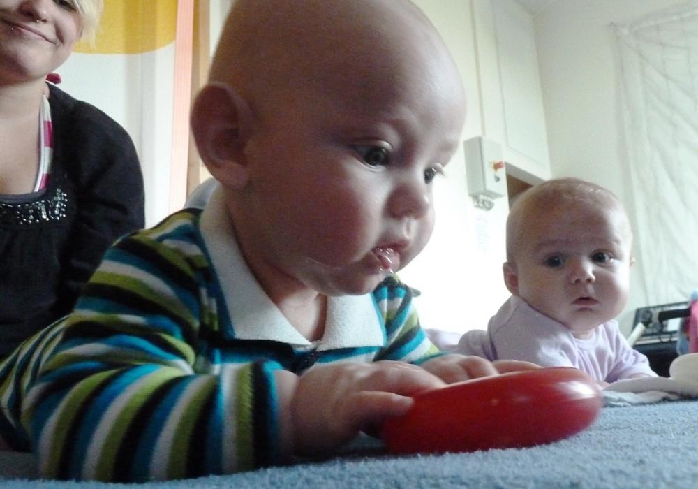 Zwei kleine Teilnehmer im Babygymnastik-Kurs des ITZ. Foto: Privat