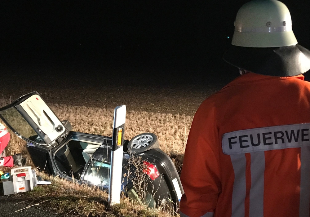 Das Fahrzeug landete auf der Seite liegend im Graben. Fotos: Presseteam der Feuerwehren Baddeckenstedt