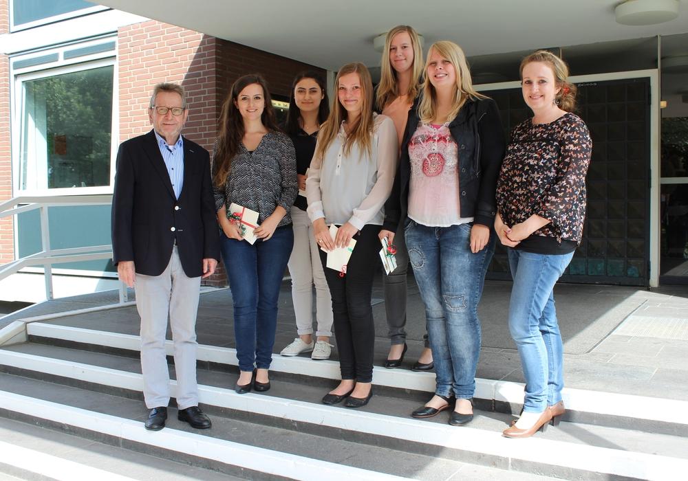 Von links: Bürgermeister Michael Kessler, Vanessa Beyer, Ivy Wittenberg, Jill Hackelbörger, Stefanie Ochmann (Mitarbeiterin in der Personalabteilung) Hinten : Özden Özbag, Nicole Meyer