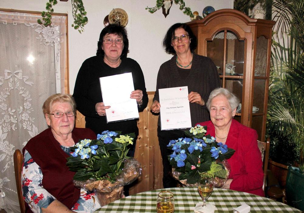 Helga Baumgarten (links) und Marianne Angerstein (rechts) gehören dem DRK seit 50 Jahren an und bekamen von Petra Kausch und der stellvertretenden Vorsitzenden Dorit Angerstein (3.v.l.) eine Urkunde, einen Blumenstrauß und die DRK-Ehrennadel überreicht. Foto: Bernd-Uwe Meyer
